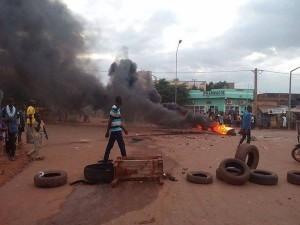 tension violence manifestation foule flamme bamako 300x225