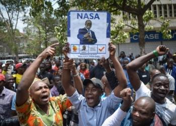 Des partisans de l'opposition kényane célèbrent le 1er septembre 2017 à Nairobi l'annulation par la Cour suprême de la présidentielle du 8 aout qui avait vu la défaite de leur candidat. / © AFP / SIMON MAINA